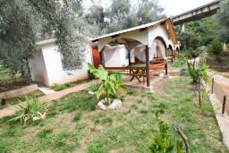 Фасад дома. Черногория, Утеха : Домик в Утехе с беседкой