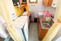 Кухня. Черногория, Утеха : Домик с 2-мя отдельными спальнями, с террасой с шикарным видом на море, 80 метров до пляжа