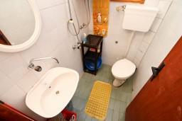 Ванная комната. Черногория, Утеха : Домик с 2-мя отдельными спальнями, с террасой с шикарным видом на море, 80 метров до пляжа