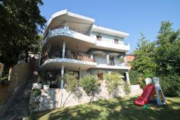 Фасад дома. Черногория, Утеха : Большая 3-х этажная вилла с 5 отдельными спальнями, ванная комната на каждом этаже, большая гостиная с кухней, зеленая терраса с лежаками, бассейн.