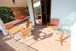 Терраса. Черногория, Утеха : Большая 3-х этажная вилла с 5 отдельными спальнями, ванная комната на каждом этаже, большая гостиная с кухней, зеленая терраса с лежаками, бассейн.