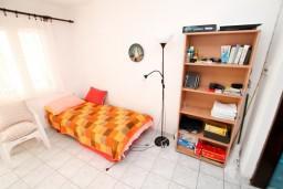2-х этажный дом с 4-мя отдельными спальнями площадью 120м2, с зеленым двориком, 150 метров до моря в Утехе