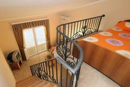 Спальня. Черногория, Утеха : 2-х этажный апартамент с отдельной спальней, с двумя балконами с шикарным видом на море, 20 метров до пляжа