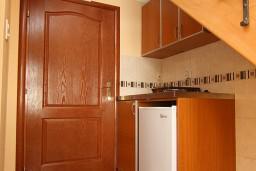 Кухня. Черногория, Утеха : 2-х этажный апартамент с отдельной спальней, с двумя балконами с шикарным видом на море, 20 метров до пляжа