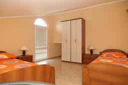 Спальня 2. Черногория, Утеха : 2-х этажный апартамент с отдельной спальней, с двумя балконами с шикарным видом на море, 20 метров до пляжа