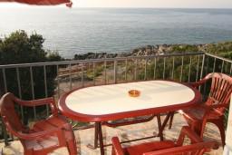 Вид на море. Черногория, Утеха : 2-х этажный апартамент с отдельной спальней, с двумя балконами с шикарным видом на море, 20 метров до пляжа