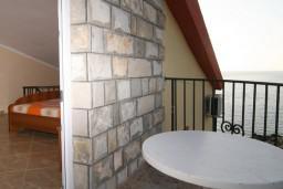 Балкон. Черногория, Утеха : 2-х этажный апартамент с отдельной спальней, с двумя балконами с шикарным видом на море, 20 метров до пляжа