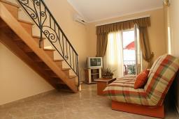Гостиная. Черногория, Утеха : 2-х этажный апартамент с отдельной спальней, с балконам с шикарным видом на море, 20 метров до пляжа