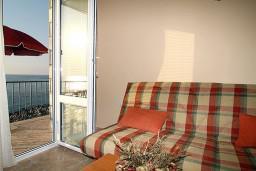 Вид на море. Черногория, Утеха : 2-х этажный апартамент с отдельной спальней, с балконам с шикарным видом на море, 20 метров до пляжа