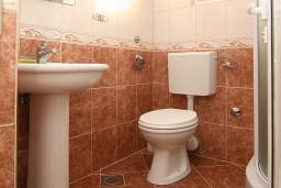 Ванная комната. Черногория, Утеха : 2-х этажный апартамент с отдельной спальней, с балконам с шикарным видом на море, 20 метров до пляжа