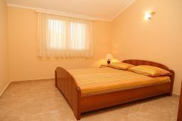 Спальня. Черногория, Утеха : Апартамент с отдельной спальней, с балконом видом на море, 20 метров до пляжа
