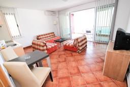 Гостиная. Черногория, Добра Вода : Просторный апартамент с отдельной спальней, с большой террасой с шикарным видом на море, возле пляжа