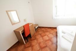 Спальня. Черногория, Добра Вода : Просторный апартамент с отдельной спальней, с большой террасой с шикарным видом на море, возле пляжа