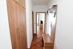 Коридор. Черногория, Добра Вода : Просторный апартамент с отдельной спальней, с большой террасой с шикарным видом на море, возле пляжа