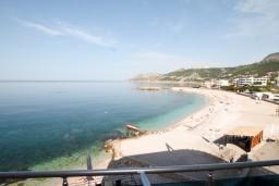 Вид на море. Черногория, Добра Вода : Просторный апартамент с отдельной спальней, с большой террасой с шикарным видом на море, возле пляжа