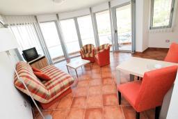 Гостиная. Черногория, Добра Вода : Просторный апартамент с отдельной спальней, с балконом с шикарным видом на море, возле пляжа