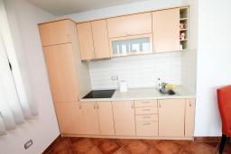 Кухня. Черногория, Добра Вода : Просторный апартамент с отдельной спальней, с балконом с шикарным видом на море, возле пляжа