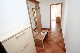 Коридор. Черногория, Добра Вода : Просторный апартамент с отдельной спальней, с балконом с шикарным видом на море, возле пляжа