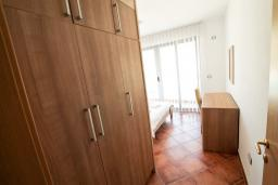 Гардеробная / шкаф. Черногория, Добра Вода : Просторный апартамент с отдельной спальней, с балконом с шикарным видом на море, возле пляжа