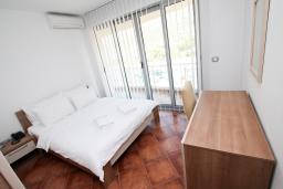 Спальня. Черногория, Добра Вода : Просторный апартамент с отдельной спальней, с балконом с шикарным видом на море, возле пляжа