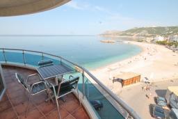 Вид на море. Черногория, Добра Вода : Просторный апартамент с отдельной спальней, с балконом с шикарным видом на море, возле пляжа