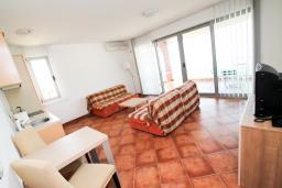 Гостиная. Черногория, Добра Вода : Просторный апартамент для 4-6 человек, 3 отдельные спальни, с большой террасой с шикарным видом на море, возле пляжа