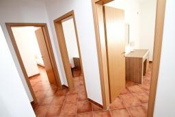 Коридор. Черногория, Добра Вода : Просторный апартамент для 4-6 человек, 3 отдельные спальни, с большой террасой с шикарным видом на море, возле пляжа