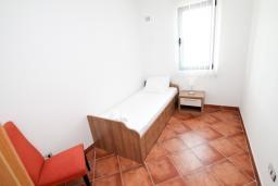 Спальня 2. Черногория, Добра Вода : Просторный апартамент для 4-6 человек, 3 отдельные спальни, с большой террасой с шикарным видом на море, возле пляжа