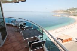 Балкон. Черногория, Добра Вода : Просторный апартамент для 4-6 человек, 2 отдельные спальни, с балконом с шикарным видом на море, возле пляжа
