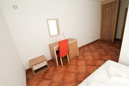 Спальня 2. Черногория, Добра Вода : Просторный апартамент для 4-6 человек, 2 отдельные спальни, с балконом с шикарным видом на море, возле пляжа
