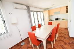 Кухня. Черногория, Добра Вода : Просторный апартамент для 4-6 человек, 2 отдельные спальни, с балконом с шикарным видом на море, возле пляжа