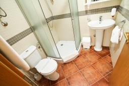 Ванная комната. Черногория, Добра Вода : Просторный апартамент для 4-6 человек, 2 отдельные спальни, с балконом с шикарным видом на море, возле пляжа