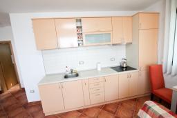 Кухня. Черногория, Добра Вода : Просторный апартамент с отдельной спальней, с большой террасой с шикарным видом на море, возле пляжа