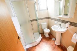 Ванная комната. Черногория, Добра Вода : Просторный апартамент с отдельной спальней, с большой террасой с шикарным видом на море, возле пляжа