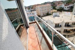 Балкон. Черногория, Добра Вода : Просторный апартамент с отдельной спальней, с большой террасой с шикарным видом на море, возле пляжа