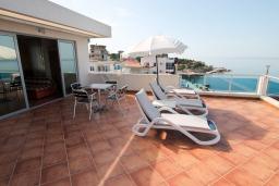 Терраса. Черногория, Добра Вода : Просторный апартамент с отдельной спальней, с большой террасой с шикарным видом на море, возле пляжа