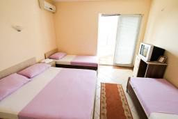 Студия (гостиная+кухня). Черногория, Добра Вода : Студия для 4 человек, с балконом с видом на море, 80 метров до пляжа