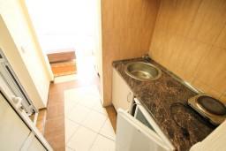 Кухня. Черногория, Добра Вода : Студия для 4 человек, с балконом с видом на море, 80 метров до пляжа