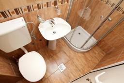 Ванная комната. Черногория, Добра Вода : Студия для 4 человек, с балконом с видом на море, 80 метров до пляжа