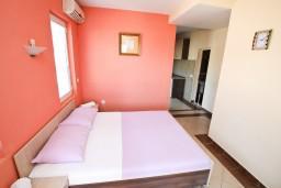 Студия (гостиная+кухня). Черногория, Добра Вода : Студия с балконом с видом на море, 80 метров до пляжа