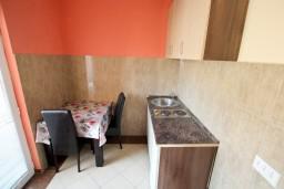 Кухня. Черногория, Добра Вода : Студия с балконом с видом на море, 80 метров до пляжа