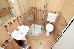 Ванная комната. Черногория, Добра Вода : Студия с балконом с видом на море, 80 метров до пляжа