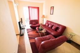 Гостиная. Черногория, Добра Вода : Апартамент с отдельной спальней, с террасой с видом на море, 80 метров до пляжа