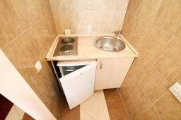 Кухня. Черногория, Добра Вода : Апартамент с отдельной спальней, с террасой с видом на море, 80 метров до пляжа
