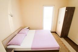 Спальня. Черногория, Добра Вода : Апартамент с отдельной спальней, с террасой с видом на море, 80 метров до пляжа