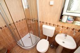 Ванная комната. Черногория, Добра Вода : Апартамент с отдельной спальней, с террасой с видом на море, 80 метров до пляжа