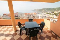 Вид на море. Черногория, Добра Вода : Апартамент с отдельной спальней, с террасой с видом на море, 80 метров до пляжа