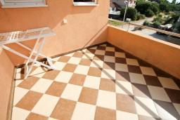 Терраса. Черногория, Добра Вода : Апартамент с отдельной спальней, с террасой с видом на море, 80 метров до пляжа