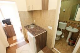 Кухня. Черногория, Добра Вода : Студия для 2 человек, с балконом с видом на море, 80 метров до пляжа