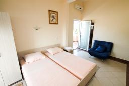 Студия (гостиная+кухня). Черногория, Добра Вода : Студия для 3 человек, с балконом с видом на море, 80 метров до пляжа